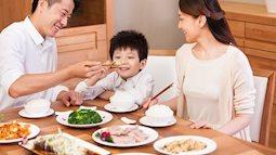 Những việc nên và không nên làm với con khi ăn uống