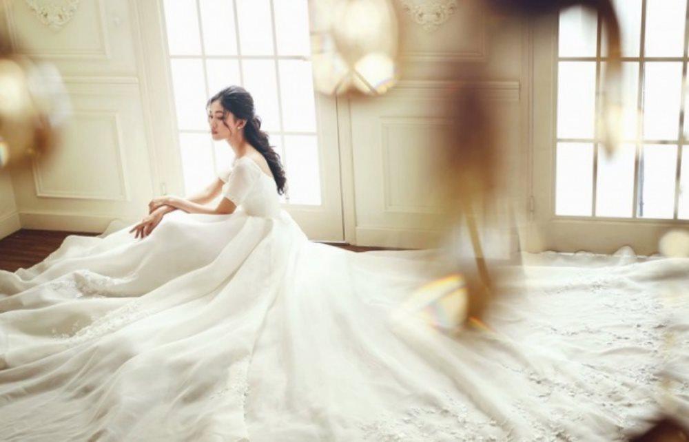 Ghen tỵ với mẫu váy cưới xa hoa của á hậu Thanh Tú trong hôn lễ sắp tới tại Hà Nội