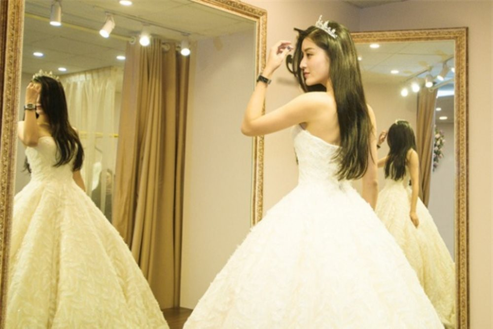 Á hậu Huyền My đẹp thánh thiện trong ảnh diện đồ cưới, phải chăng cô sắp lên xe hoa?