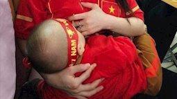 Ngất ngây với hình ảnh bà mẹ bỉm sữa ẵm con xinh đẹp cổ vũ tuyển Việt Nam