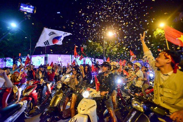 Mãn nhãn với hình ảnh cổ động viên đi 'bão' sau chiến thắng Philippines trên khắp đất nước Việt Nam