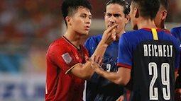 Bị chơi xấu, Đình Trọng chỉ thẳng mặt cầu thủ Philippines bảo vệ em út Văn Hậu