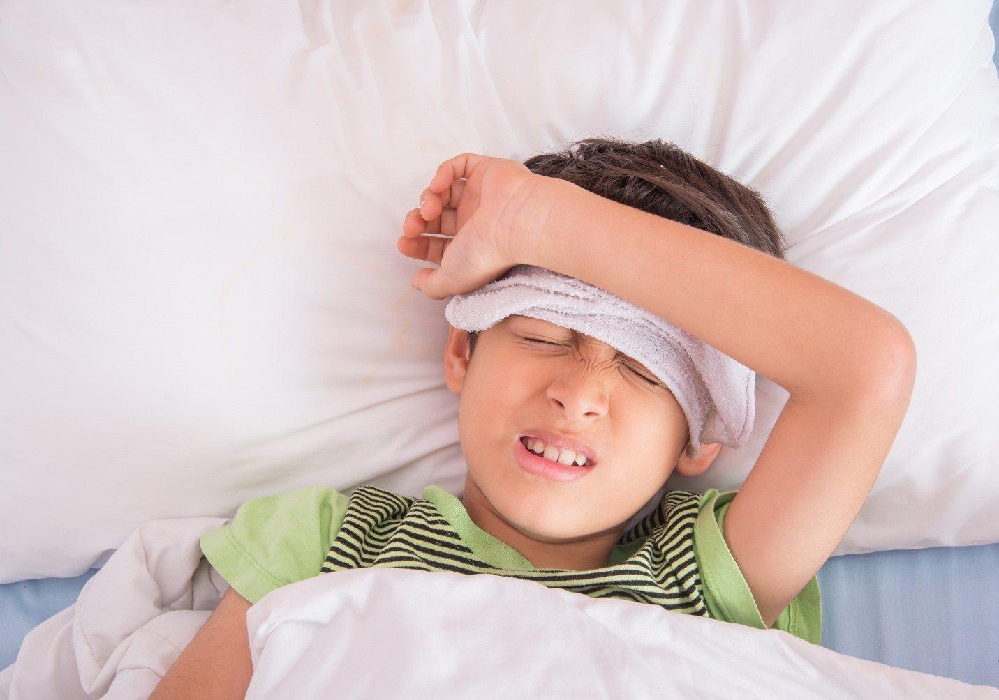 4 sai lầm thường gặp của mẹ khi trẻ nóng sốt