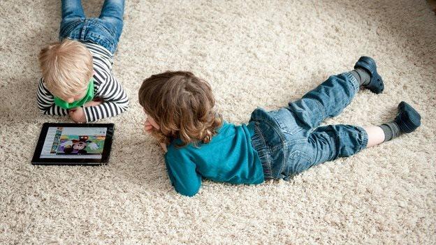 Cha mẹ cho con chơi điện thoại 2 tiếng/ngày sẽ hối hận vì lý do này