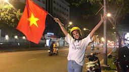 Hoa hậu Tiểu Vy nhìn như học sinh khi cầm cờ cổ vũ U23 Việt Nam