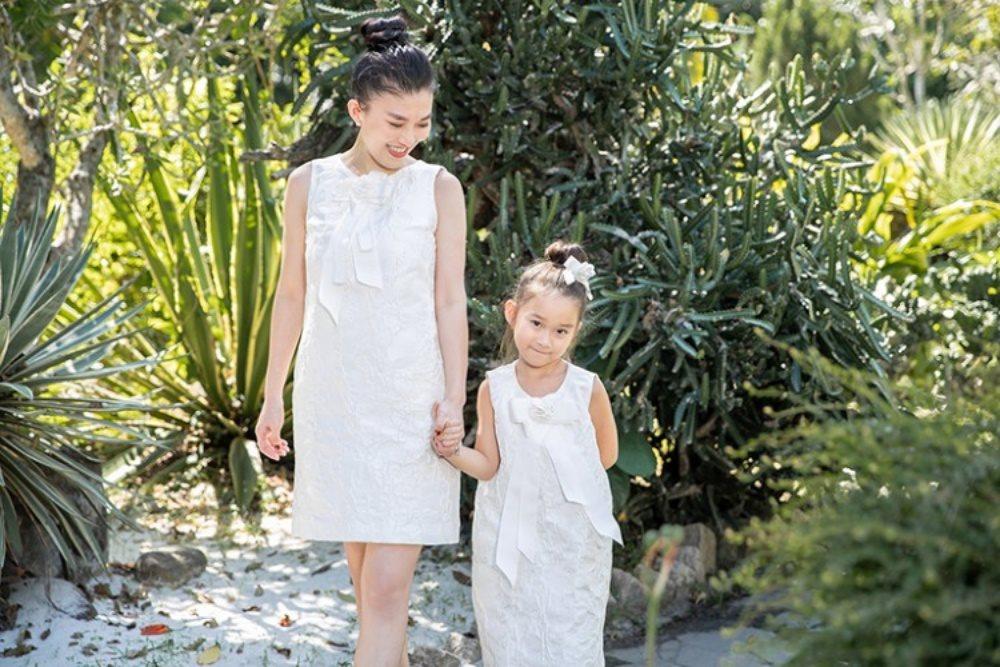 Fashionista Hằng Châu và con gái gợi ý đồ đẹp cho hai mẹ con lấy điểm mùa Noel