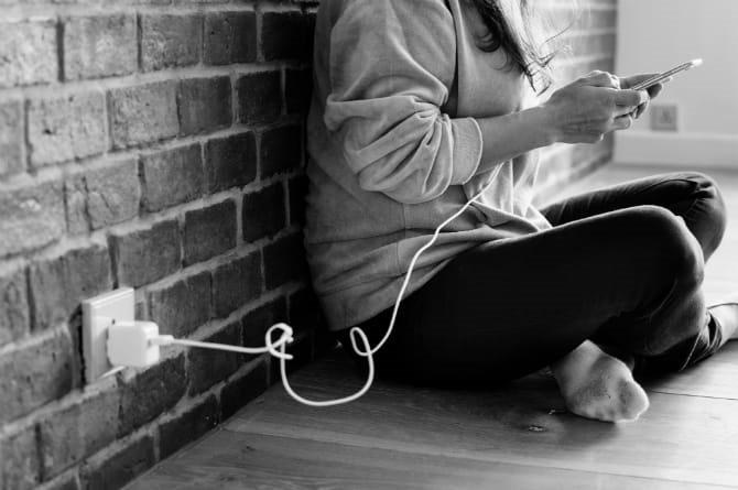 Bài học sau vụ nam sinh chết do vừa cắm sạc vừa đeo tai nghe ngủ