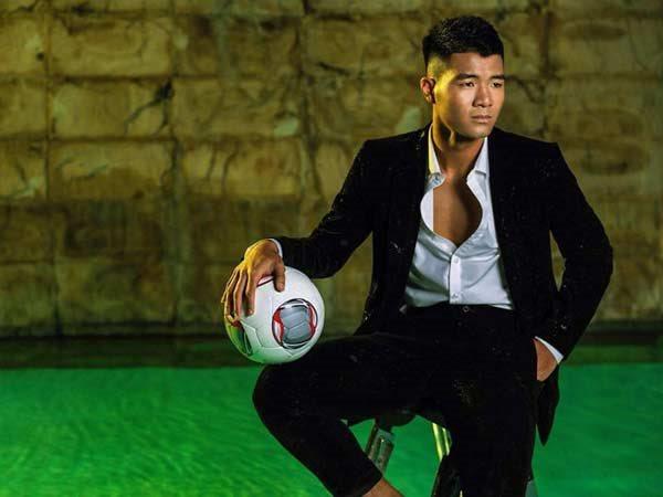 """Hà Đức Chinh đốn tim fan nữ khi mặc vest diện sơ mi chuẩn """"soái ca"""" sau vô dịch AFF Cup 2018"""