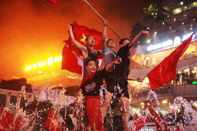 """Trị ngay chứng """"khản tiếng"""" sau 2 ngày cuối tuần """"đi bão"""" ăn mừng Việt Nam chiến thắng AFF Cup"""