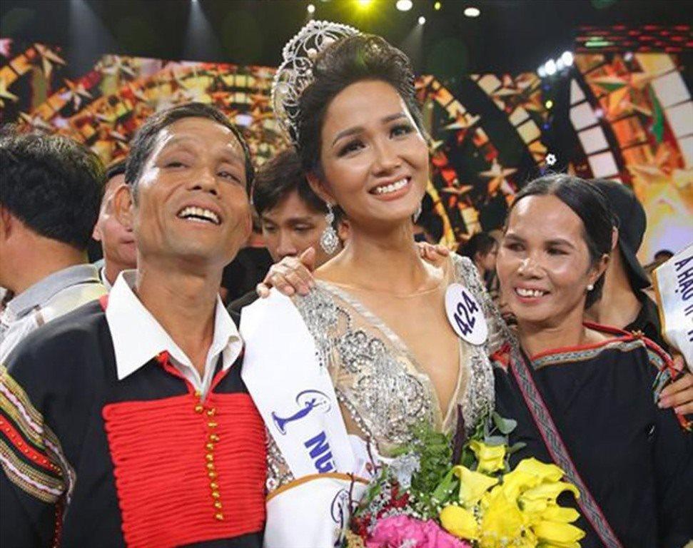 Xúc động hình ảnh Hoa hậu H'Hen Niê bật khóc bên bố mẹ trong ngày lọt top 5
