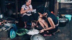 Cảm động hình ảnh H'Hen Niê mặc trang phục dân tộc nấu bếp cùng mẹ