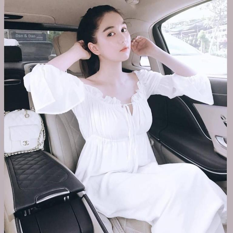 Vòng eo 56 Ngọc Trinh bỗng trẻ như gái 18 với váy trắng điệu đà