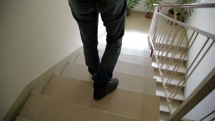Cẩn thận khi đi cầu thang: Bế con xuống cầu thang, bố vấp ngã khiến bé trai tử vong