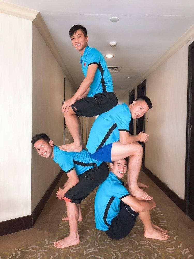 Bật cười với ảnh 'xếp chồng lên nhau' của U23 Việt Nam