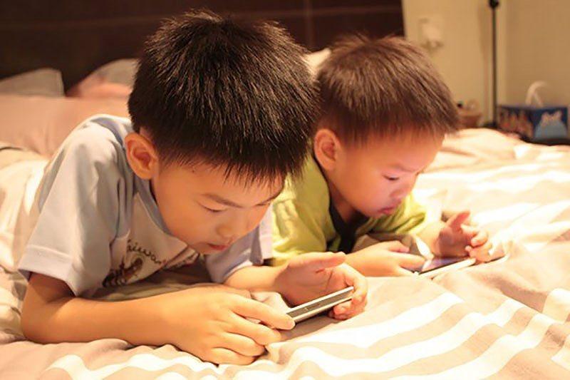 Bố mẹ nên biết cho con chơi điện thoại không khác gì cho con dùng ma túy