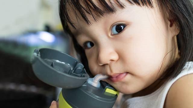 Cha mẹ cho con uống nước trong bình nhựa hãy coi chừng vì lý do này
