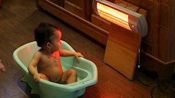 Thực hư chuyện dùng đèn sưởi khi tắm có thể khiến trẻ mù lòa