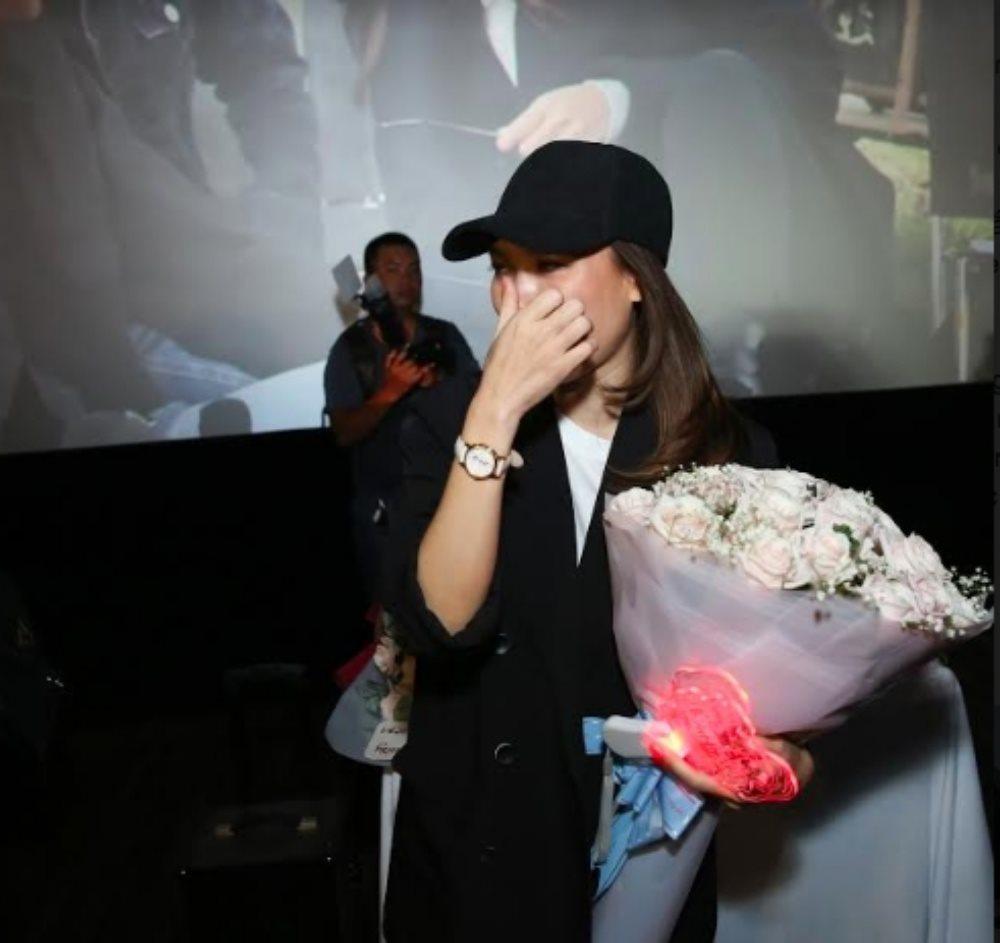 Mỹ Tâm 'mít ướt' khi được fan hâm mộ mừng sinh nhật ở rạp phim