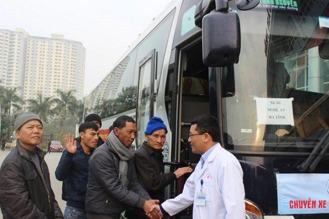 Bệnh viện K tổ chức cho bệnh nhân về quê ăn Tết miễn phí