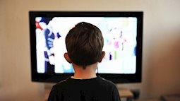 Gắn TV trong phòng ngủ của con có thể khiến trẻ béo phì