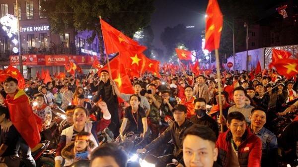 """Sài Gòn: Lắp 5 màn hình led """"khủng"""" xem trận Việt Nam – Nhật Bản"""