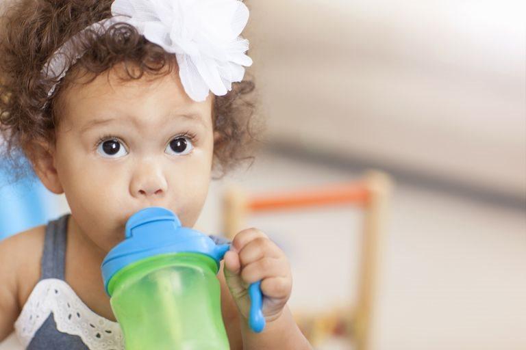 Không biết mẹo chọn đồ nhựa này, con bạn dễ bị dậy thì sớm
