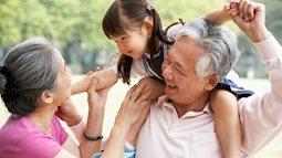 Những cách yêu chiều cháu của ông bà khiến trẻ dễ hư