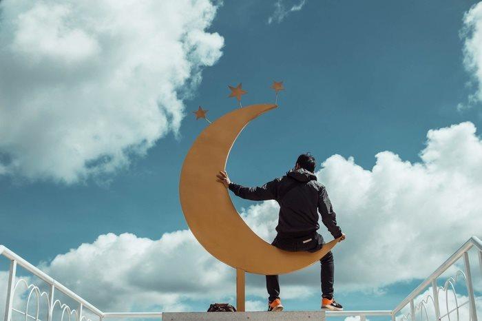 Đến Đà Lạt chụp ảnh với cung trăng vàng lơ lửng trên không