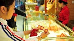 """Vàng """"loạn giá"""", dân tình vẫn xếp hàng chờ mua ngày vía Thần tài"""