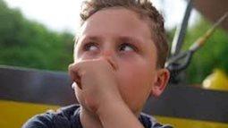 Trẻ ngậm mút tay và những bất lợi cho sức khoẻ mà cha mẹ cần phải biết