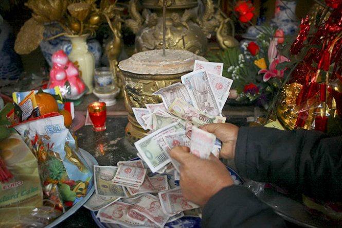 Rải tiền lẻ khi đi lễ chùa nên hay không?