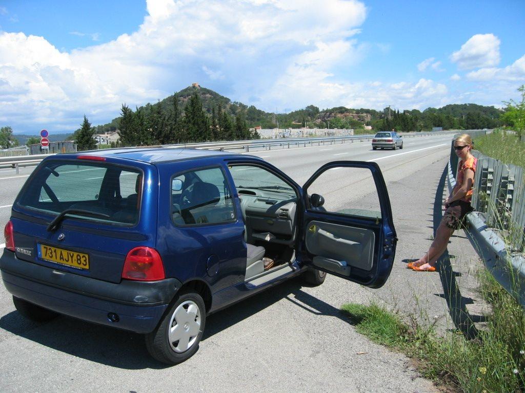 """5 bước quan trọng """"giải cứu"""" ô tô khi sắp hết xăng giữa đường"""