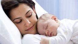 Phải làm gì khi sau sinh mẹ chưa có sữa cho con bú?