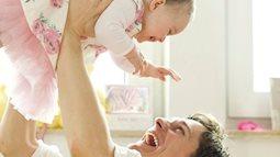 Những nguy hiểm khi bố mẹ rung lắc, tung hứng con