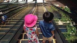 Những kỹ năng cần thiết để trẻ đi thang máy, thang cuốn an toàn