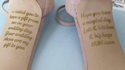 Cô dâu bật khóc nức nở khi phát hiện những dòng chữ ghi ở dưới đế giày