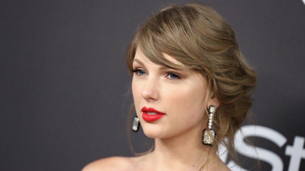 Taylor Swift vỡ òa cảm xúc khi thắng giải 'Ngôi sao âm nhạc toàn cầu'