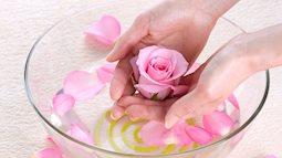 Mặt đầy mụn khi sử dụng sai cách nước hoa hồng