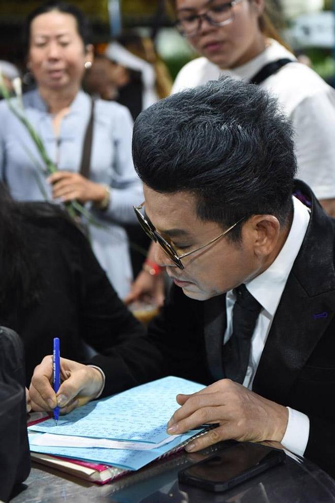 Sao Việt khóc nghẹn khi Thanh Bạch đọc điếu văn ở lễ động quan cố NS Anh Vũ - Ảnh 3
