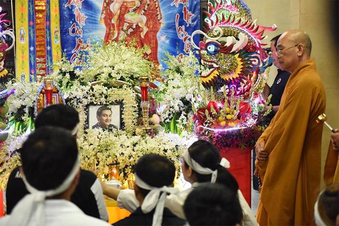 Sao Việt khóc nghẹn khi Thanh Bạch đọc điếu văn ở lễ động quan cố NS Anh Vũ - Ảnh 1