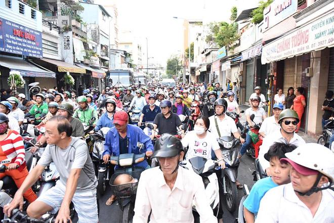Sao Việt khóc nghẹn khi Thanh Bạch đọc điếu văn ở lễ động quan cố NS Anh Vũ - Ảnh 11