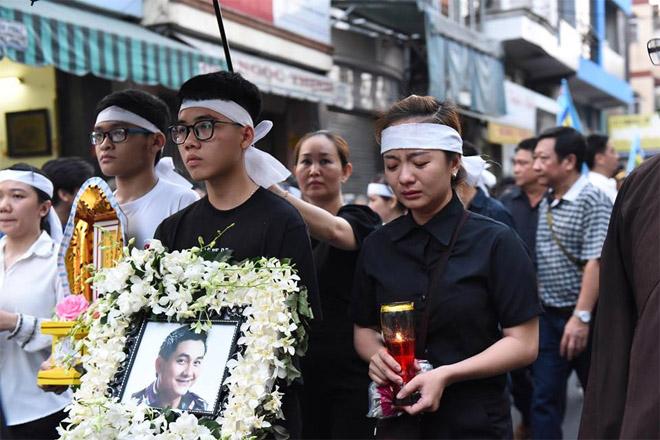 Sao Việt khóc nghẹn khi Thanh Bạch đọc điếu văn ở lễ động quan cố NS Anh Vũ - Ảnh 7