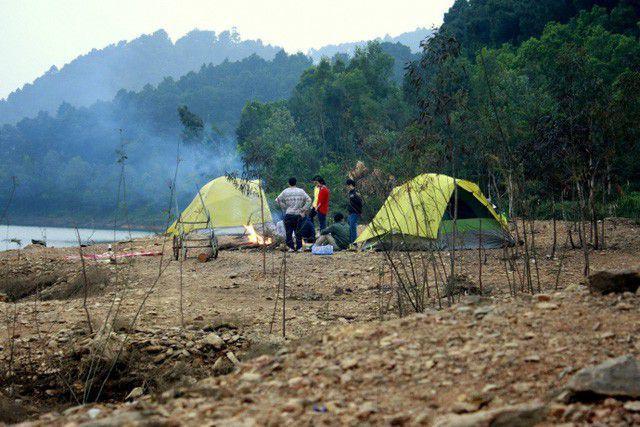 Cắm trại qua đêm tại hồ Suối Bàu. Ảnh sưu tầm