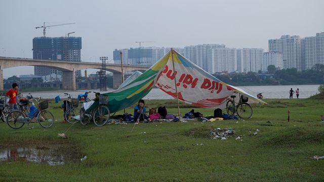 Bãi đất dưới chân cầu Vĩnh Tuy là điểm dã ngoại, cắm trại của nhiều bạn trẻ. (Ảnh: Vietnamnet)