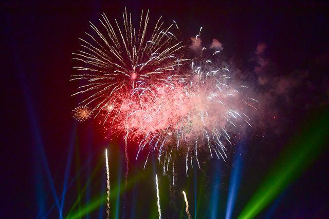 Những loạt pháo hoa rực rỡ được bắn lên trời, đông đảo người dân và nhiều du khách reo hò, thích thú.