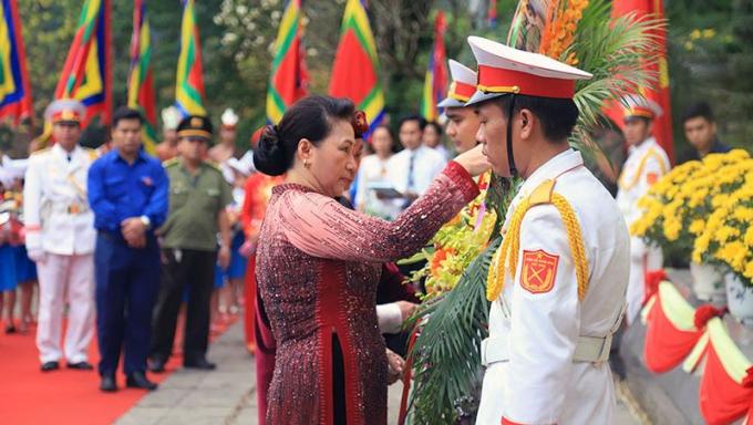 Chủ tịch QH Nguyễn Thị Kim Ngân kính cẩn dâng hương tưởng niệm các vua Hùng