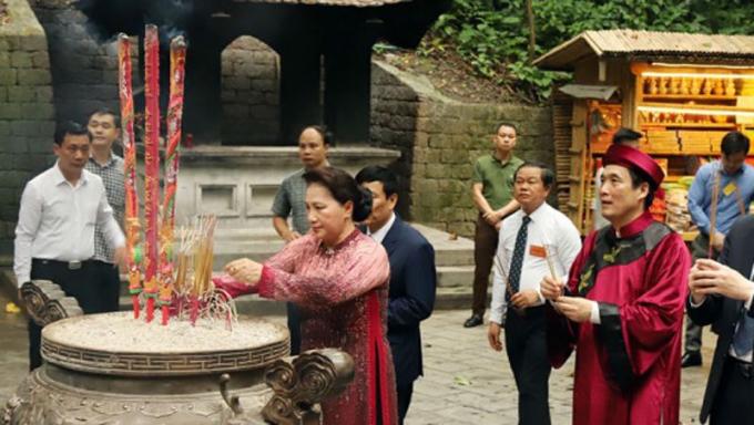 Chủ tịch Quốc hội Nguyễn Thị Kim Ngân và đoàn đại biểu lãnh đạo Ðảng, Nhà nước, các cơ quan Trung ương, địa phương và nhân dân về dự Lễ dâng hương tại đền Giếng.