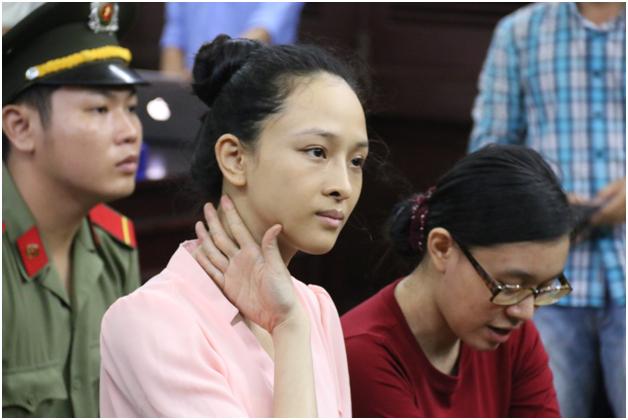 Hoa hậu Phương Nga và Nguyễn Đức Thùy Dung tại một phiên tòa.