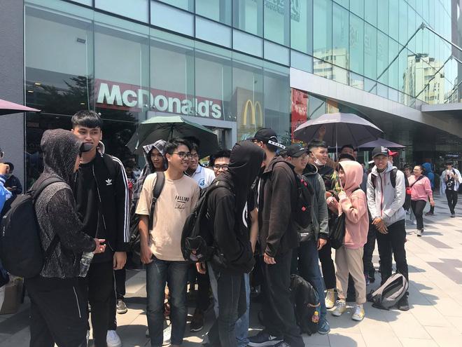 HN - SG ngay lúc này: Bất chấp trưa nắng, fan Endgame tụ tập từ rất sớm, chen chúc xếp hàng chờ bom tấn - Ảnh 9.