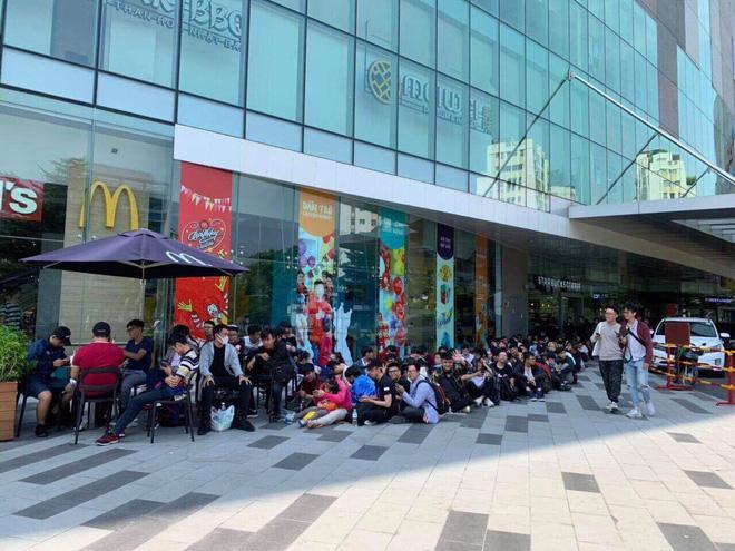 HN - SG ngay lúc này: Bất chấp trưa nắng, fan Endgame tụ tập từ rất sớm, chen chúc xếp hàng chờ bom tấn - Ảnh 10.